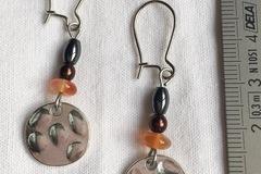 Vente au détail: Boucles d'oreilles rond de métal et pierres