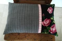 """Vente au détail: Coussin """"Roses et vichy"""" design mixant canevas rétro et tissu"""