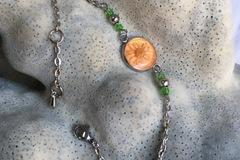 Vente au détail: Cabochon orange nacré et fleur