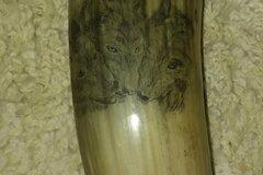 Sell: Trinkhorn mit Scrimshaw-Gravur