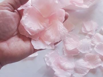 Ilmoitus: Vaaleanpunaiset ruusunterälehdet