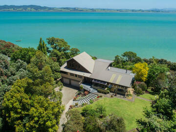 Book on LiveLocal or Other Platforms: Salt Haven's Suite  ♡ Beach Front ♡ Harbour Views ♡ 2 bedrooms