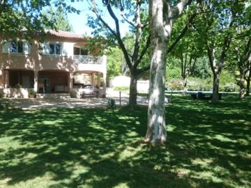 NOS JARDINS A LOUER: Parc ombragé avec pelouse, piscine et platanes