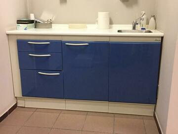 Gebruikte apparatuur: Tandartsstoel en tandtechnisch labomeubilair plus onderzoekslamp