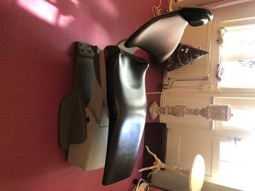 Gebruikte apparatuur: Tandartsstoelen Tattoostoelen Behandelstoelen en Lamp
