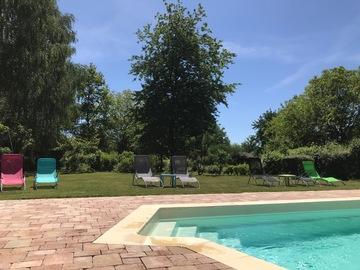 NOS JARDINS A LOUER: Parc arboré avec piscine chauffée