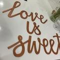 Ilmoitus: Love is sweet kyltti