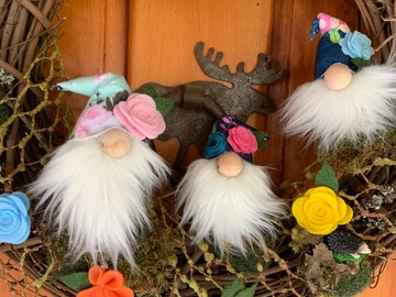 Selling with online payment: Welcome gnome wreath.