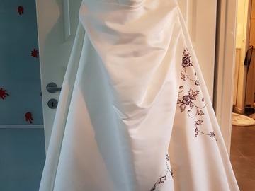 Ilmoitus: Valkoinen hääpuku violeteilla/liloilla koristeompeleilla