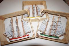 Vente: 3 petits navires en bois encadrés