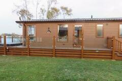 Online Bookings: 3 bedroom lakeside luxury Holiday lodge with hot tub