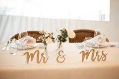 Ilmoitus: Kultainen puinen Mr & Mrs -kyltti