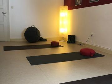Vermiete Gym pro Tag: Kleiner lichtdurchfluteter Raum für Sportkurse oder Workshops