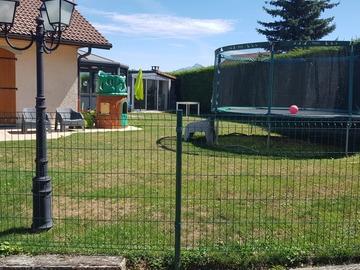 NOS JARDINS A LOUER: Jardin avec trampoline, pétanque et BBQ