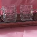 Vente au détail: Plateau et ses deux chopes de bière