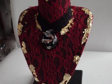 Vente au détail: Buste porte collier