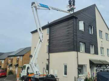 Hourly Equipment Rental: Cherry picker hire with experienced chas accredited operator