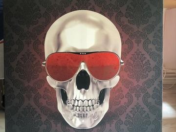 Vente: Tableau tete de mort lunettes rouge pailletées