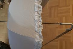 Ilmoitus: Valkoinen iso sateenvarjo