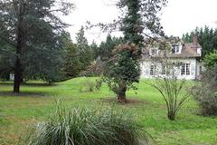 NOS JARDINS A LOUER: LES HIRONDELLES: Magnifique jardin arboré au pied de l'étang