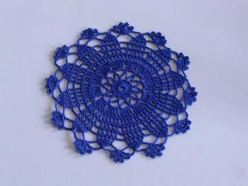Vente au détail: Petit napperon bleu pour table de chevet