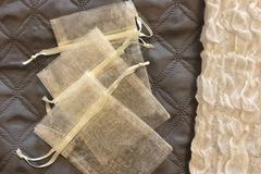 Ilmoitus: Kankaisia luonnonvalkoisia karkkipusseja (40 kpl)