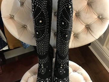 Selling : A PAIR OF BOOTS