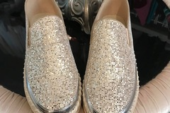 Selling : A pair of Sneakers