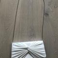 Ilmoitus: Valkoinen tyylikäs laukku