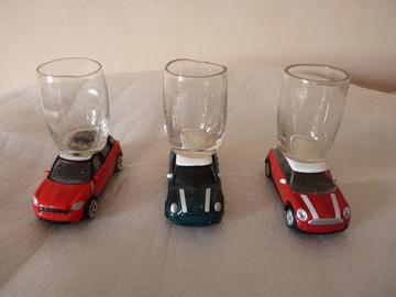 Vente au détail: lot de 3 voitures métal rouge/vert foncé/rouge foncé/verre à shot
