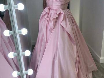 Ilmoitus: Elegantti, roosan satiininen prinsessamekko laahuksella.