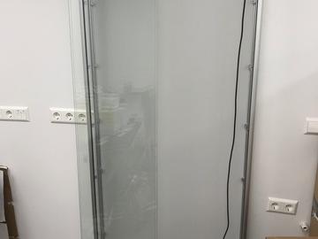 Gebruikte apparatuur: Mooie, moderne vitrinekast. 200x80x15 cm