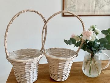 Ilmoitus: Kauniit valkoiset korit terälehdille tai lahjoille