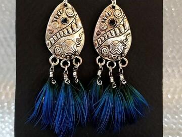Vente au détail: Boucles d'oreilles pendentif métal argenté, plumes de paon bleu