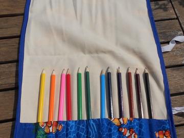 Vente au détail: Trousse enroulable 12 crayons thème mer