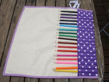 Vente au détail: Trousse enroulable 18 crayons à pois