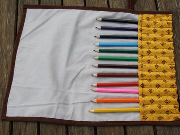 Vente au détail: Trousse enroulable 12 crayons jaune