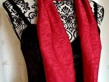 Vente au détail: Foulard polyester rouge satiné à motifs fantaisie