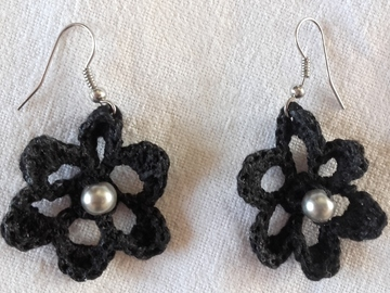 Vente au détail: Paire de boucles d'oreilles coton noir et perle nacrée