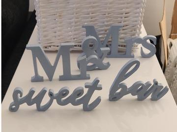 Ilmoitus: Mr. & Mrs. , sweet bar -kyltit sekä pöytänumerot - Dusty blue
