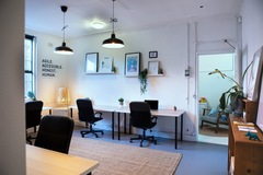 Office Space - bookable per day: Large desk in creative co-working space