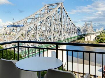 Book now: Story Bridge & Brisbane River views while you Work from Oakwood