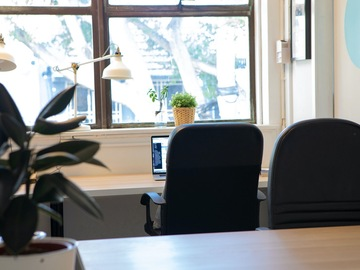 Office Space - bookable per day: Window-Front Desk in Creative Space