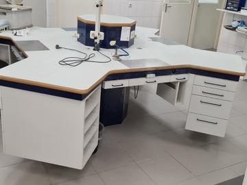 Gebruikte apparatuur: Werkeiland tandtechniek  doorsnee 300 cm 4 werkplekken met aanslu