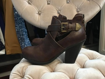 Selling : A PAIR OF BOOTS IN LEATHER