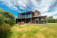 Book on LiveLocal or Other Platforms: Stunning Panoramic Lake Views 5 Bedrooms - 15m to Wanaka