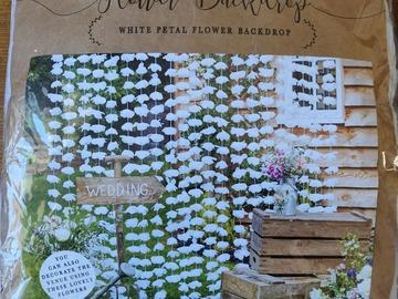 Ilmoitus: Valkoinen seinäkoriste/ photobooth, kukkia