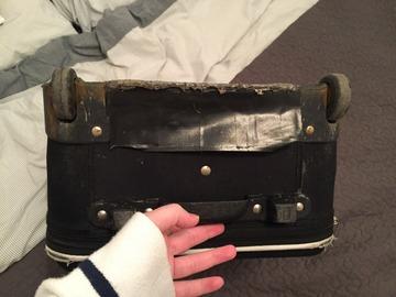 Besoin d'aide: Roues + dessous extérieur d'une valise à réparer