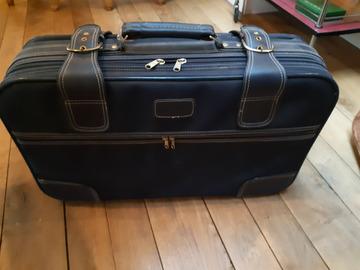 À donner: Ancienne valise en cuir bleu, années 70, usée,  gratuit