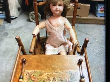Vente: Chaise haute ancienne et vieille poupée